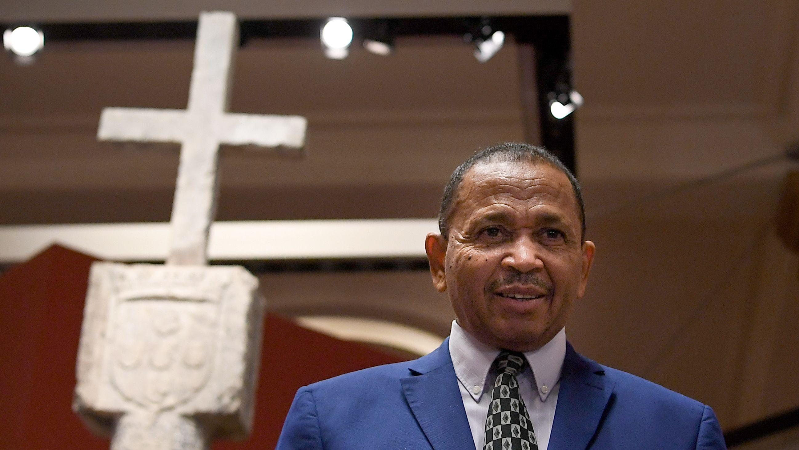 Andreas B.D. Guibeb, Botschafter der Republik Namibia steht vor der Säule von Cape Cross