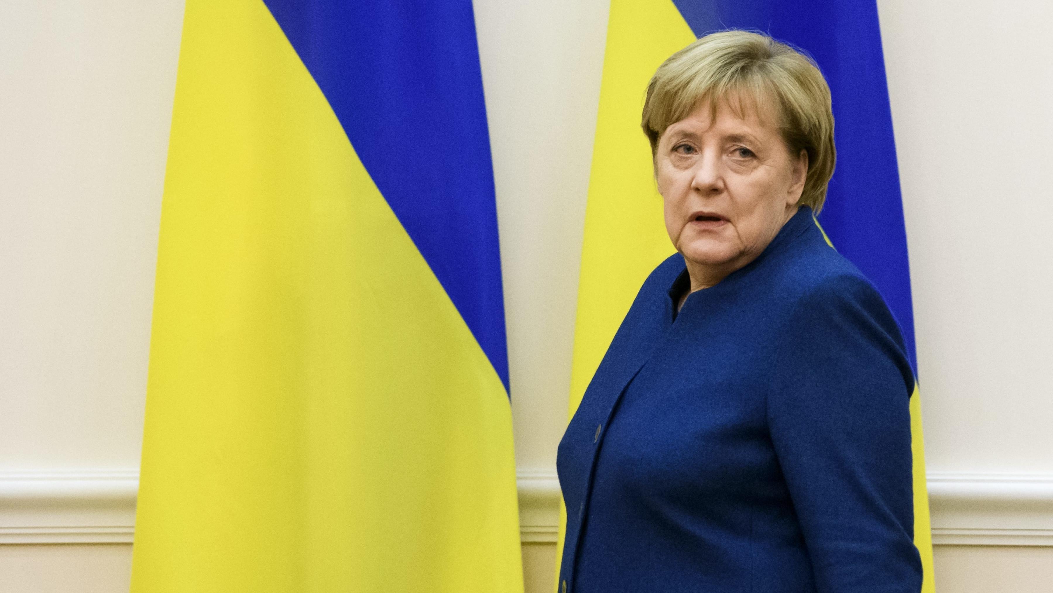 Merkel vor ukrainischen Flaggen