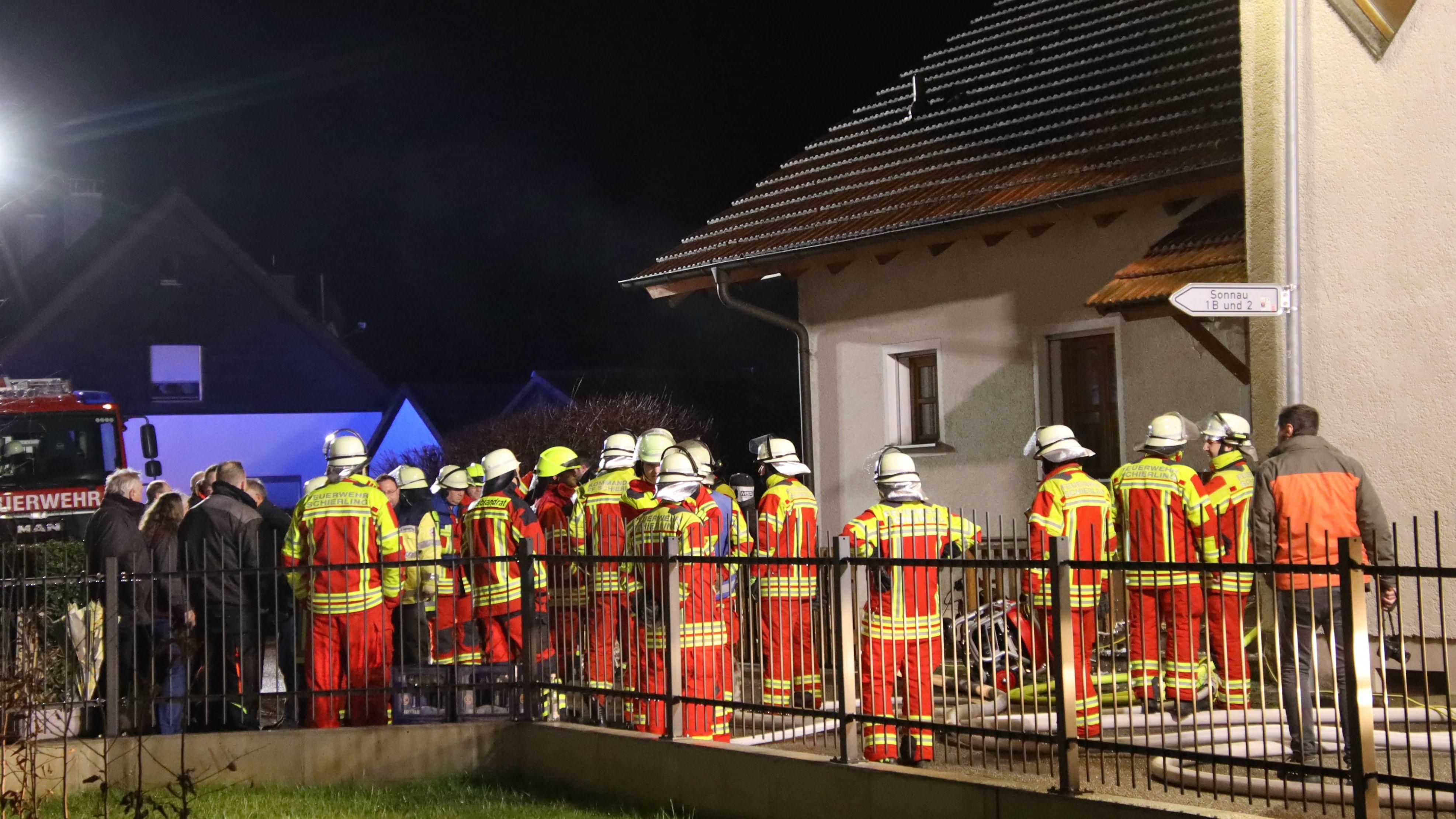 Ein Großaufgebot an Rettungskräften am Einsatzort in Schierling