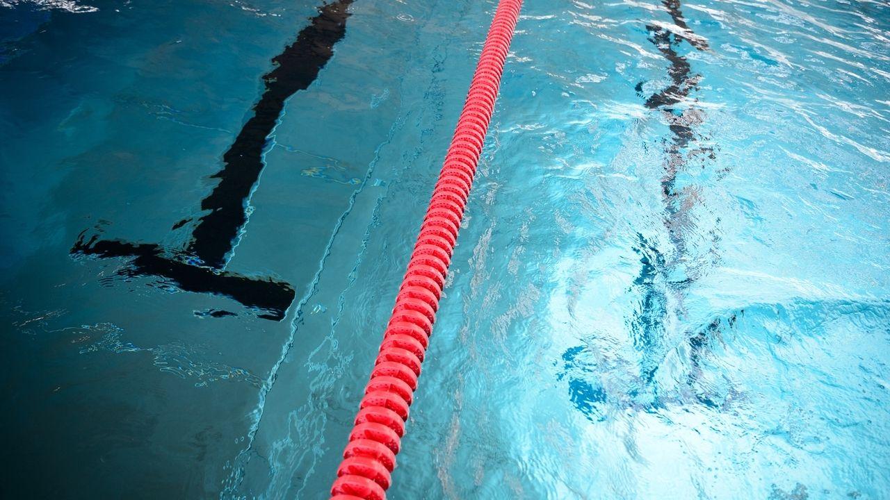 Nahaufnahme eines Schwimmbeckens mit Markierungen