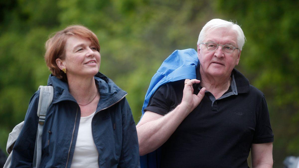 Elke Büdenbender, Ehefrau des Bundespräsidenten, und Frank-Walter Steinmeier (SPD), Bundespräsident der Bundesrepublik Deutschland, starten zu einer Wandertour an der Landesgrenze zwischen Schleswig-Holstein und Mecklenburg-Vorpommern. | Aktuell
