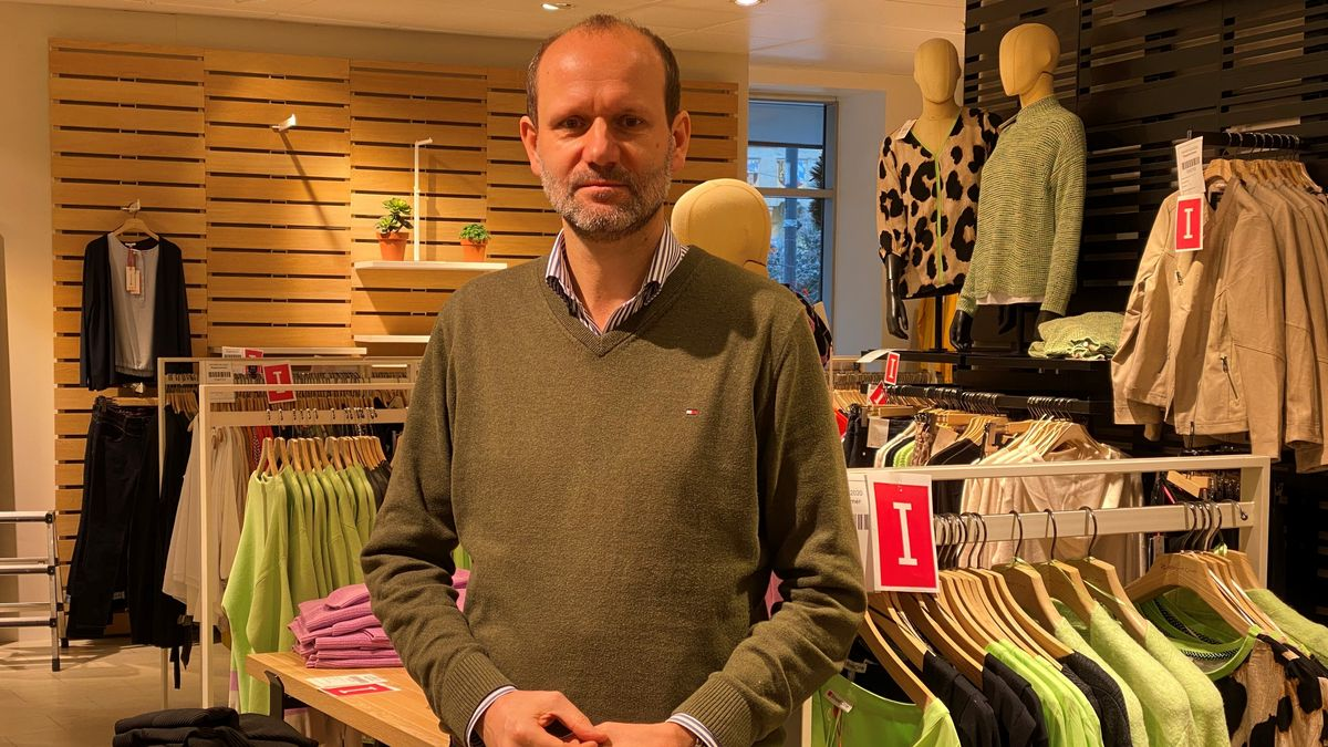 """Lothar Rödel in den Verkaufsräumen des Modehauses """"Frey"""" in Cham"""