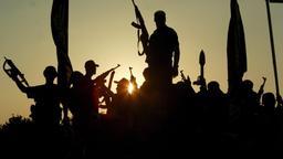 Symbolbild: Kämpfer einer Terrorgruppe in Syrien.  | Bild:picture-alliance/dpa