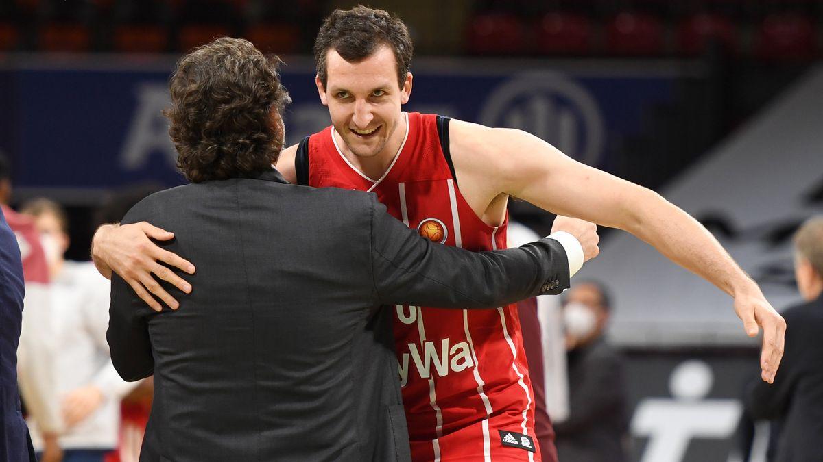 Paul Zipser wird von seinem Trainer Andrea Trinchieri umarmt.