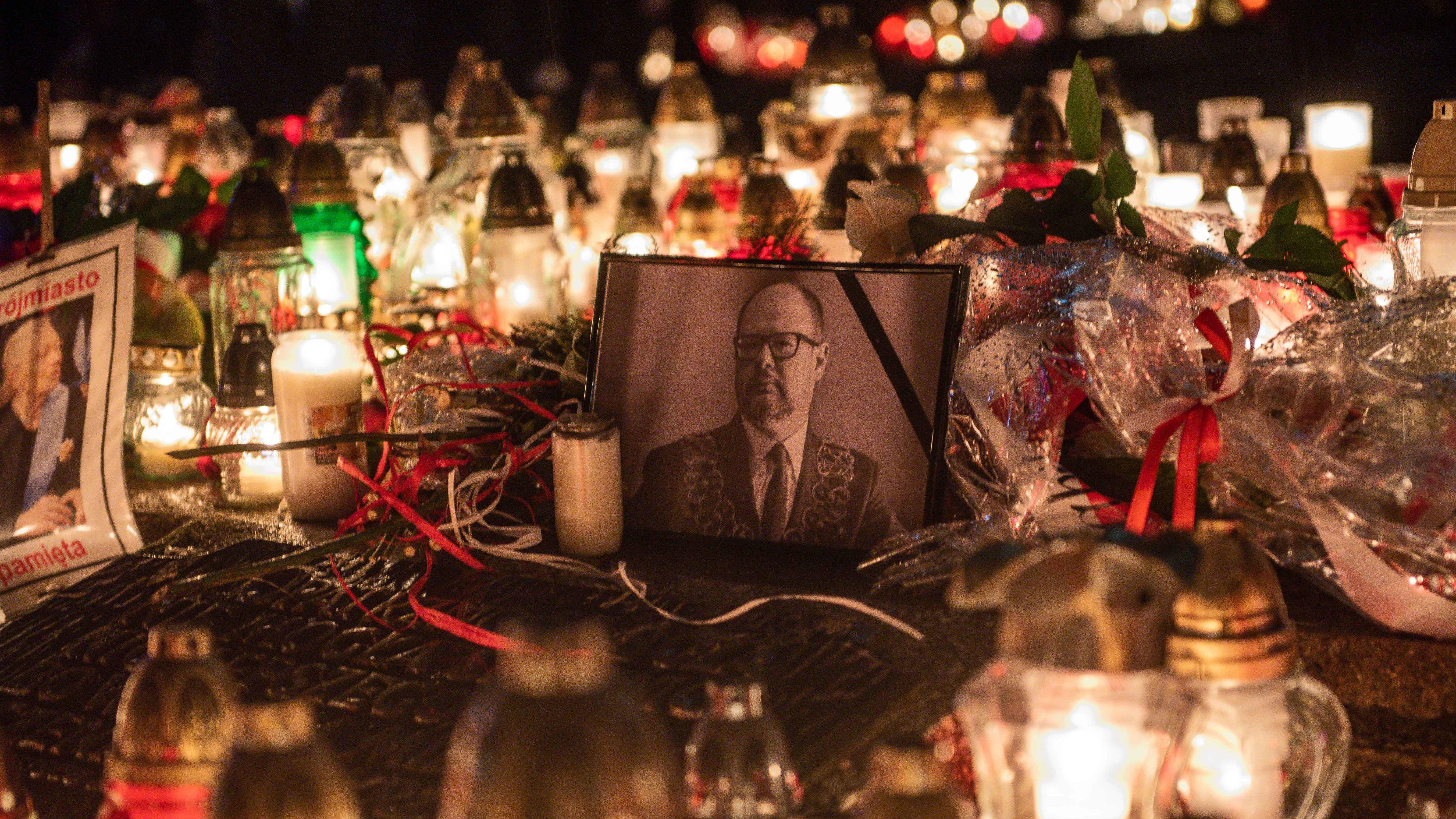 Kerzen stehen auf der Straße um ein Foto mit Trauerflor: Trauer in Danzig um den ermordeten Bürgermeister Paweł Adamowicz (Januar 2019)