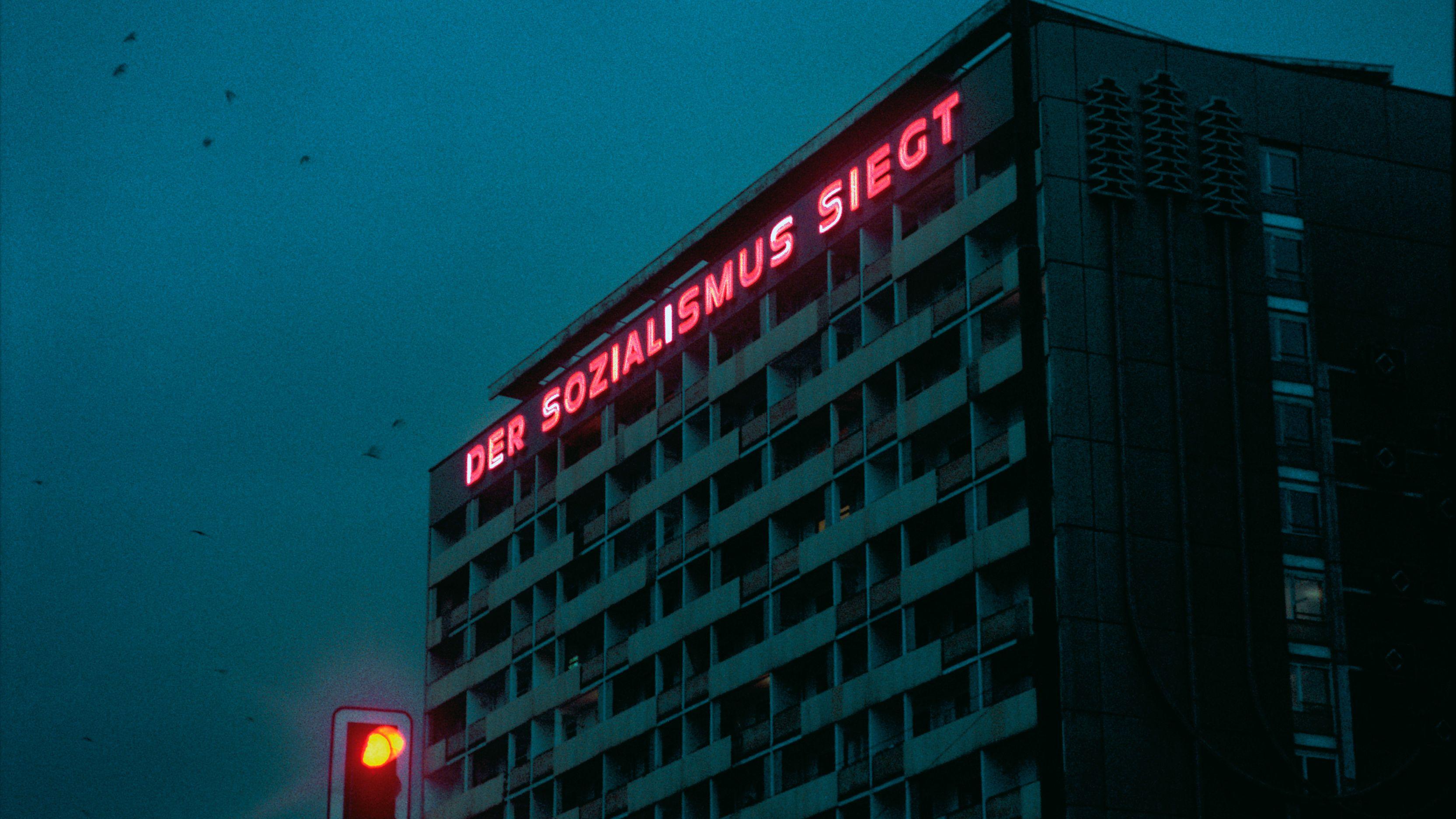 """Dresden 1984: eine Fotografie des japanischen Künstlers Seiichi Furuya. Er lebte drei Jahre als Dolmetscher in der DDR. Furuyas Bilder sind nun in der Ausstellung """"Von Ferne. Bilder zur DDR"""" in der Münchner Villa Stuck zu sehen."""