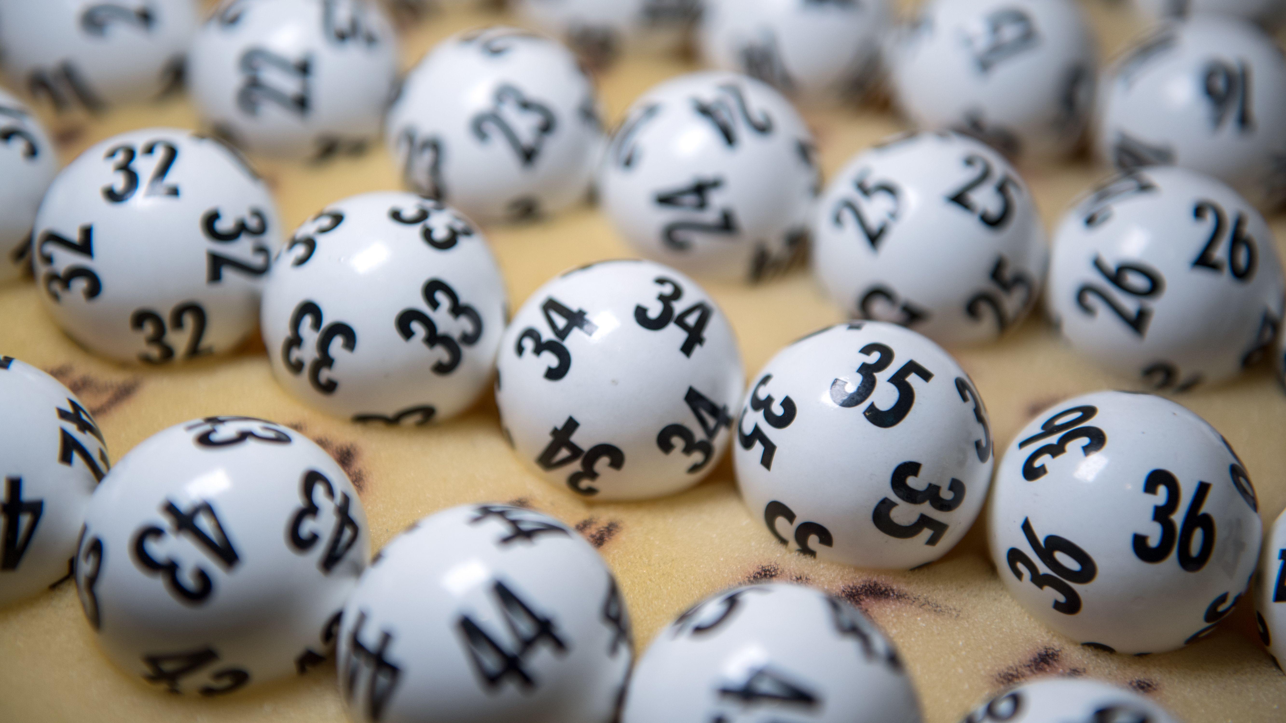 Ein Koffer mit originalen Lottozahlen
