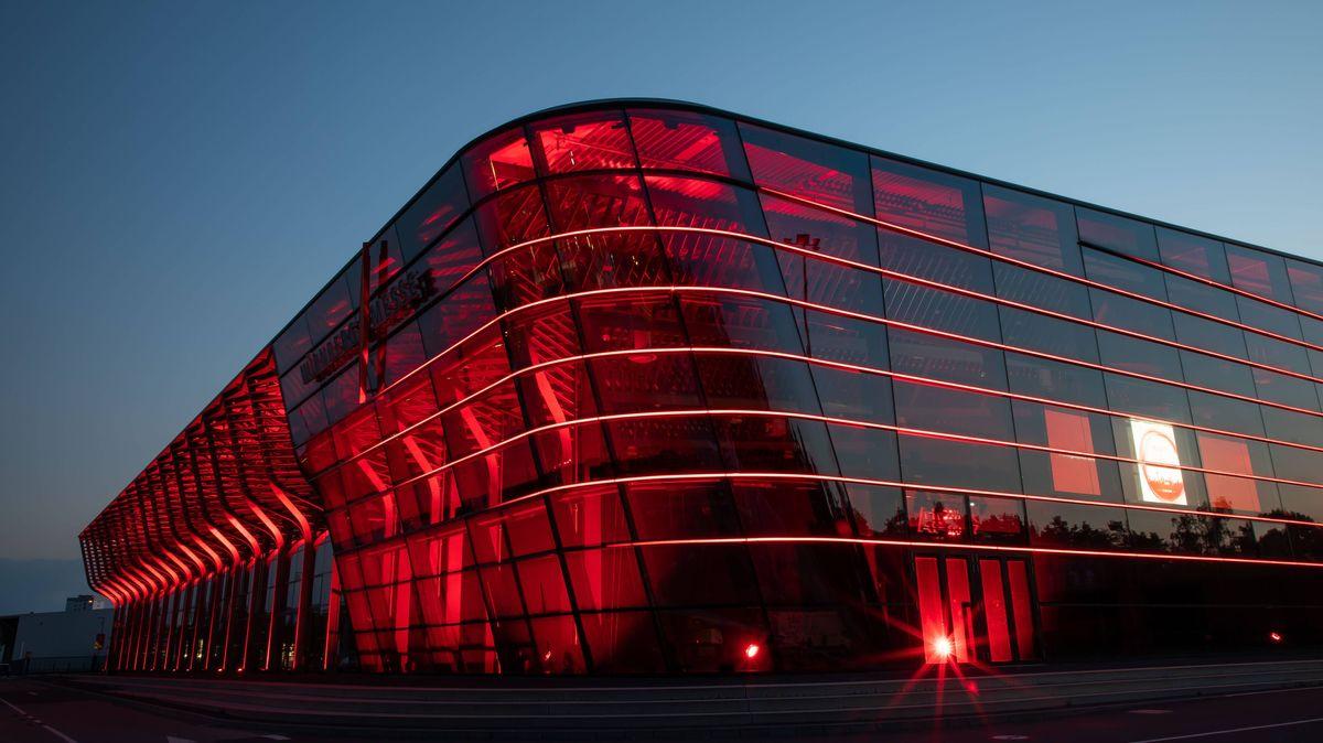 """In Rot erstrahlte bei der """"Night of light"""" auch die Halle 3A der Nürnberg Messe"""