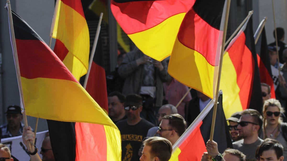 Demonstranten schwenken Deutschland-Fahnen