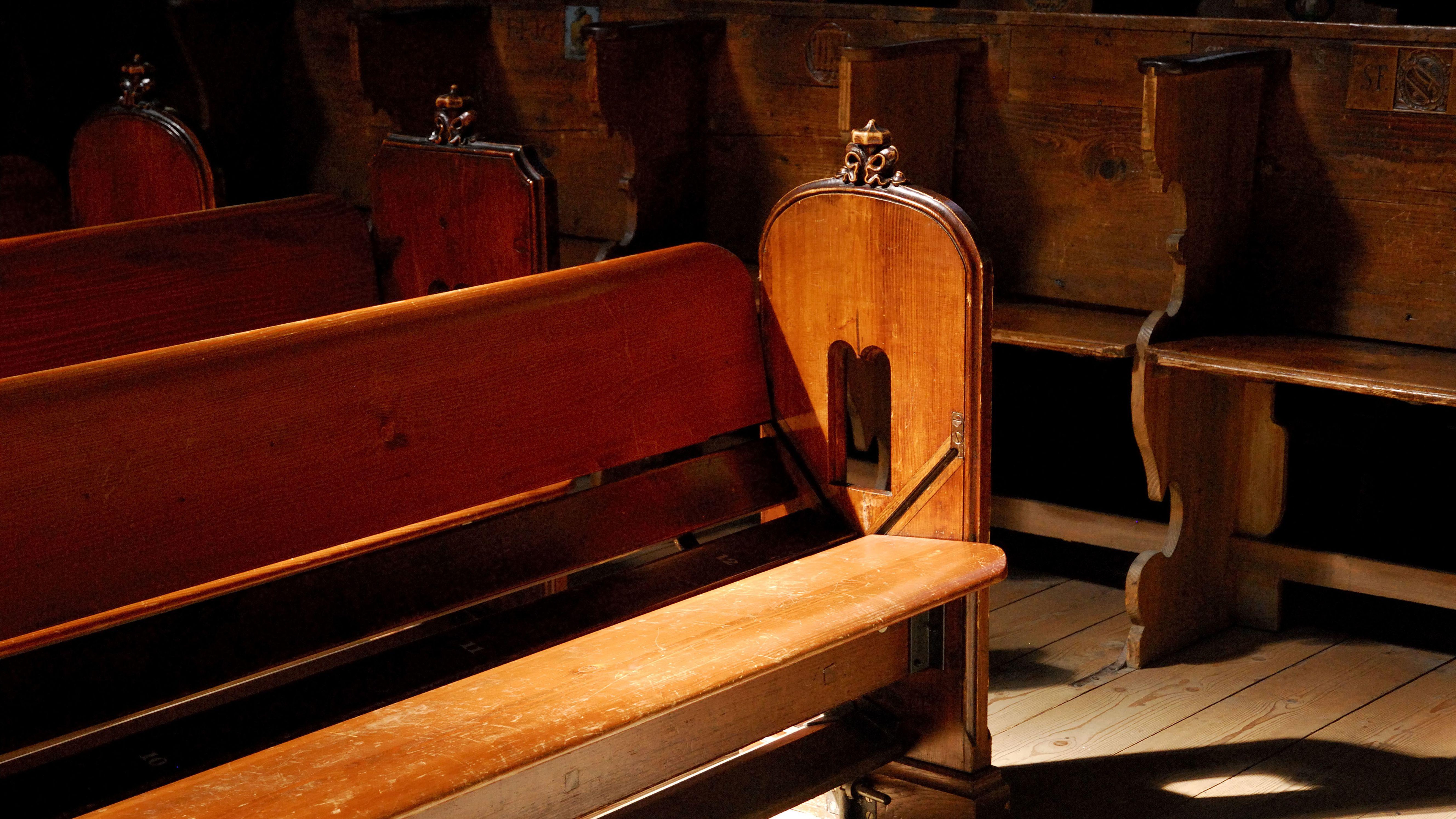 Alte, leere Kirchenbänke