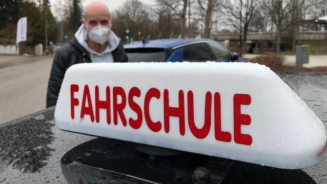 Markus Bauer vor seinem Fahrschul-Auto
