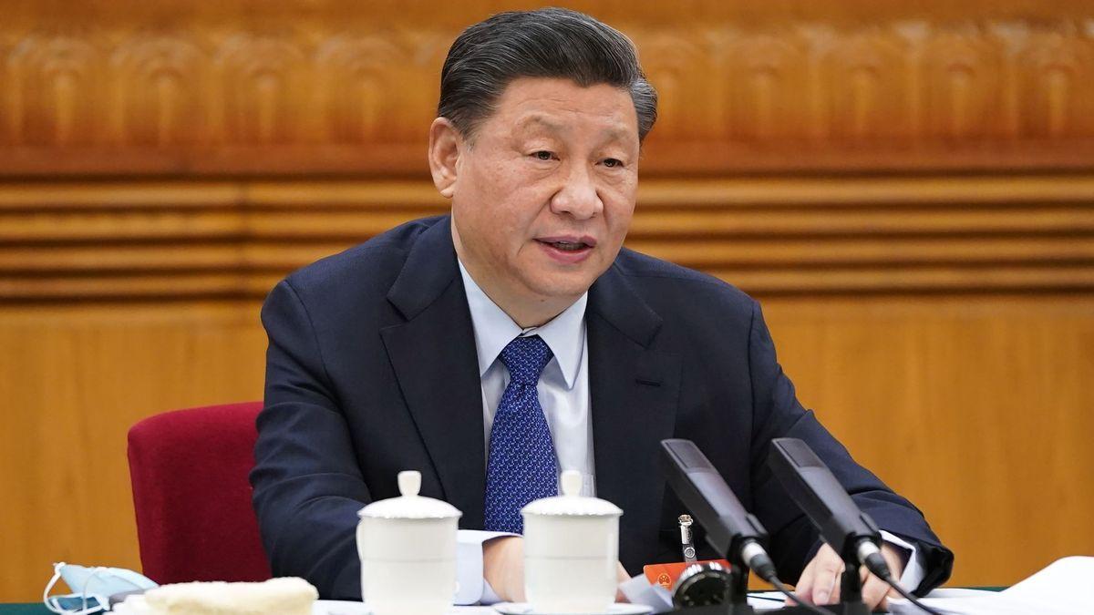 Chinesischer Staatschef hinter Teetassen und Mikrofonen