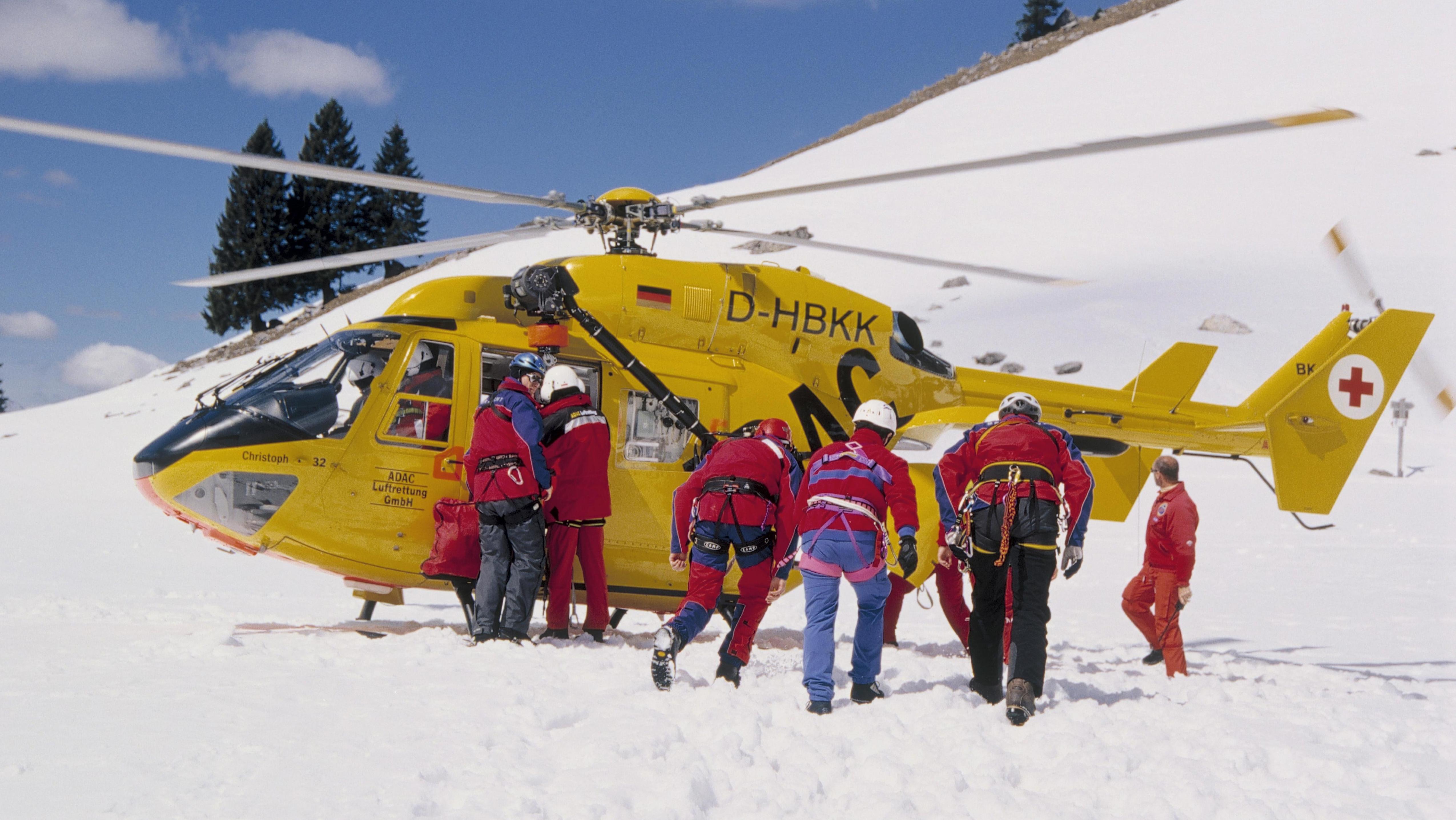 ADAC-Hubschrauber bei einer Bergrettung am Spitzingsee.