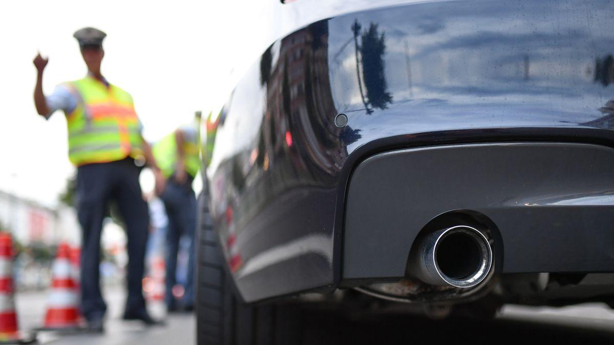 Symbolbild: Polizei kontrolliert Sportwagen