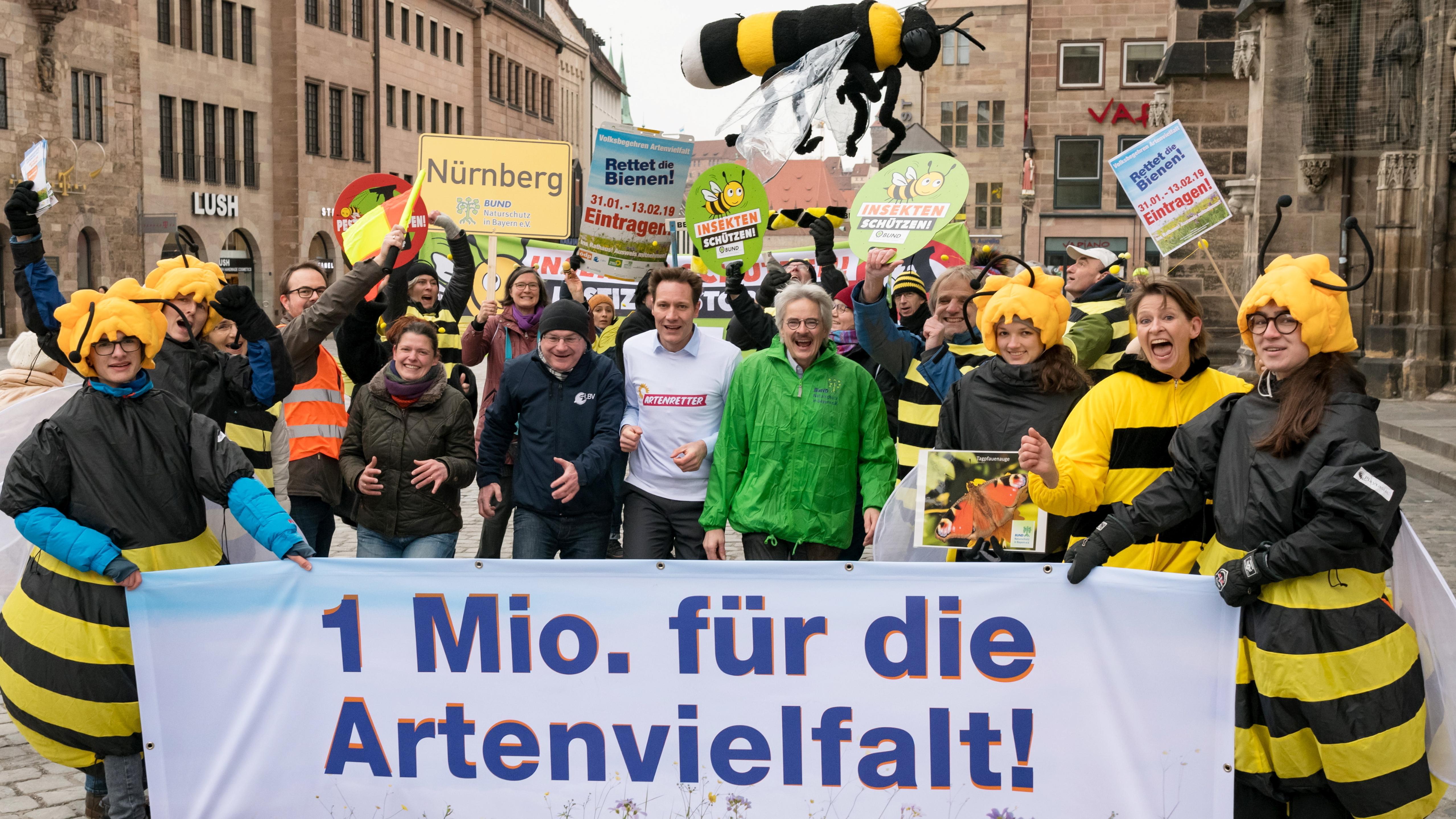 30.1., Nürnberg: Agnes Becker (ÖDP, M,l-r), Norbert Schäffer (LBV), Ludwig Hartmann (Bündnis 90/Die Grünen) und Richard Mergner (Bund Naturschutz) stehen zusammen mit Unterstützern des Volksbegehrens