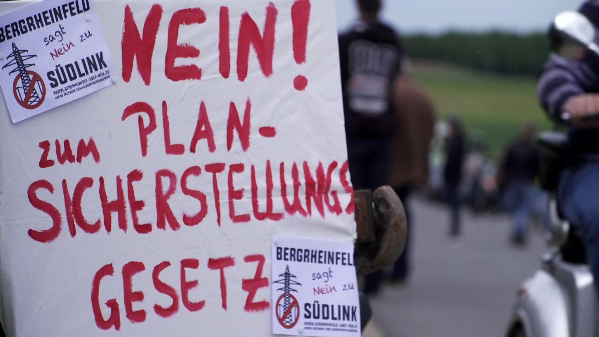 In ganz Deutschland und auch in Bayern gingen heute Stromtrassen-Gegner auf die Straßen und protestierten gegen ein neues Gesetz.