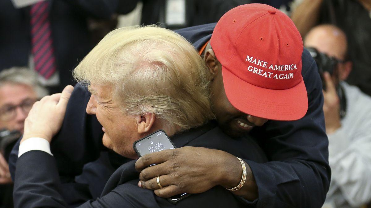 Kanye West umarmt Donald Trump bei einem Treffen im Weißen Haus im Oktober 2018.