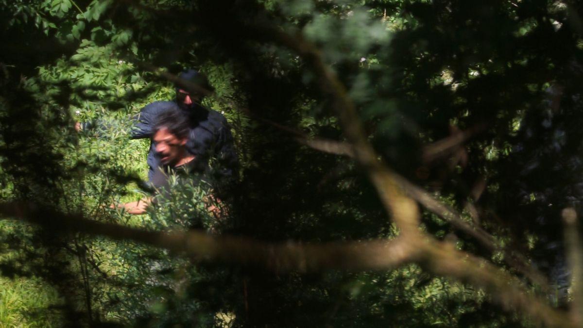 Flüchtende werden über die grüne EU-Grenze nach Bosnien geprügelt.