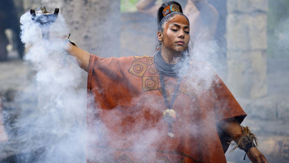 Eine Schamanin in Mexiko bei einer Zeremonie