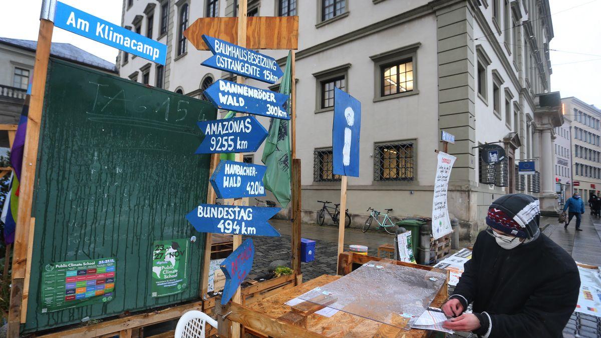 """Ein Aktivist der Klimabewegung """"Fridays for Future"""" steht am Protestcamp der Klimaaktivisten neben dem Augsburger Rathaus."""