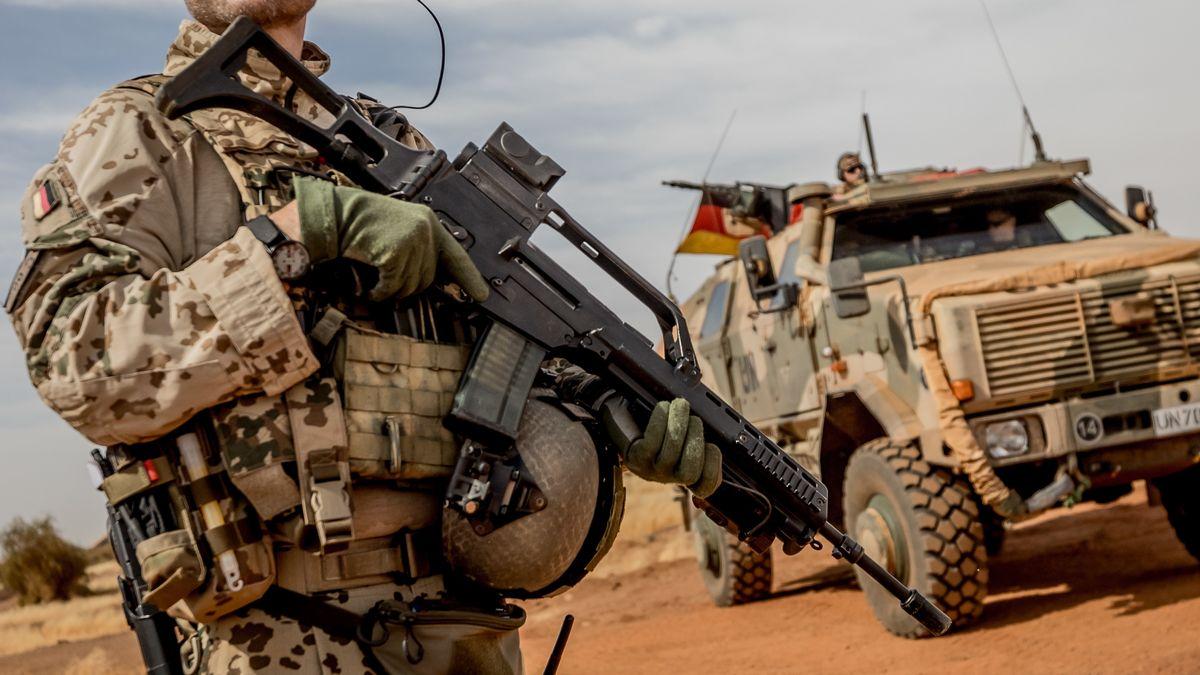 Ein Soldat der Bundeswehr steht am Flughafen nahe des Stützpunktes in Gao im Norden Malis.