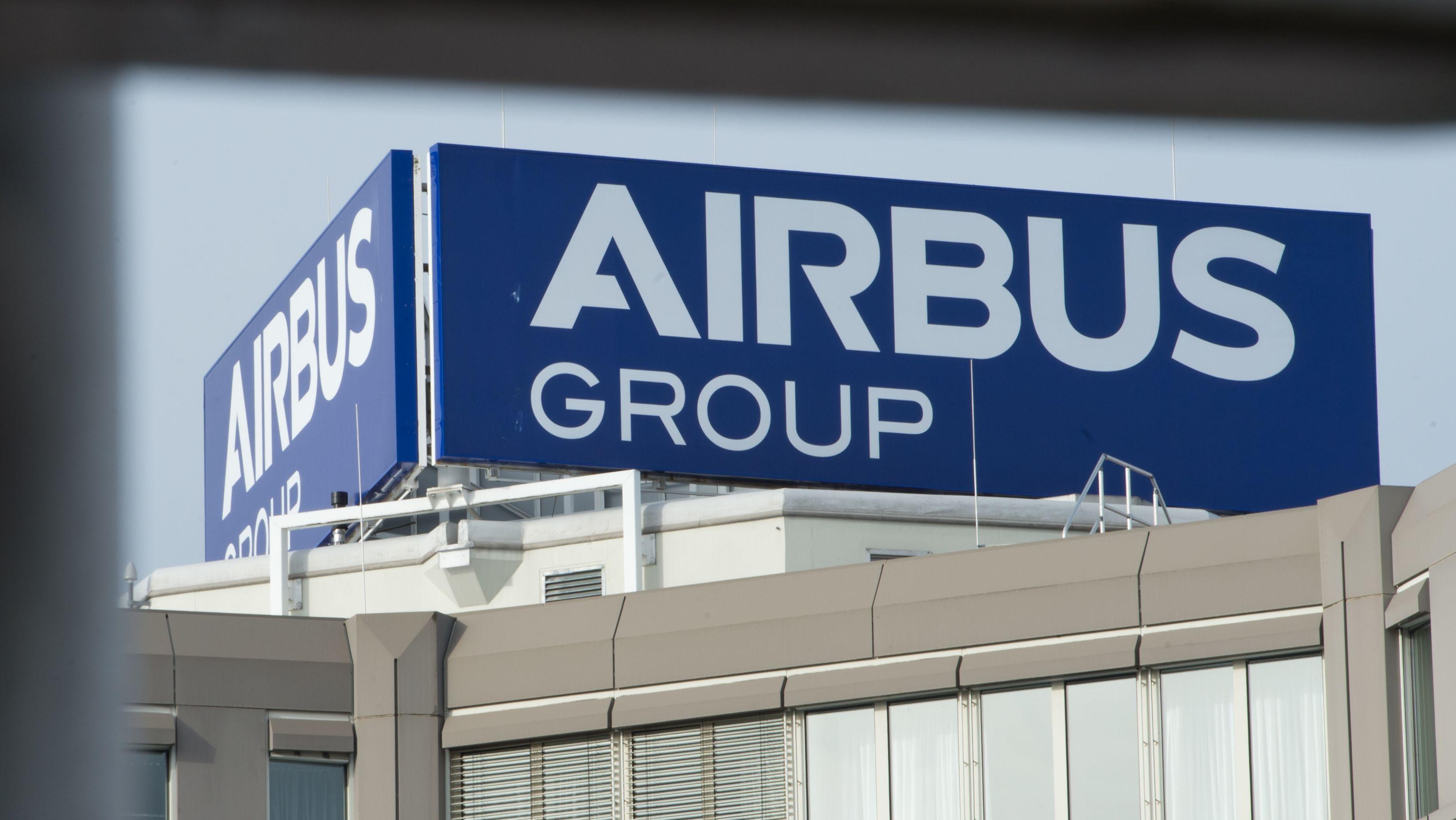 Ein Logo von Airbus auf einem Gebäude in Ottobrunn.