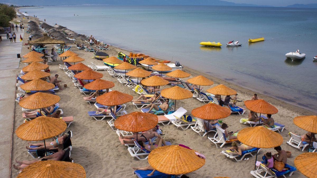 Strand mit Touristen am Strand von Izmir