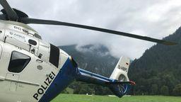 Polizeihubschrauber vor dem Ristfeuchthorn. Dort, in den wolkenverhangenen Gipfeln, wird die Absturzstelle vermutet. | Bild:BR / Hans Häuser