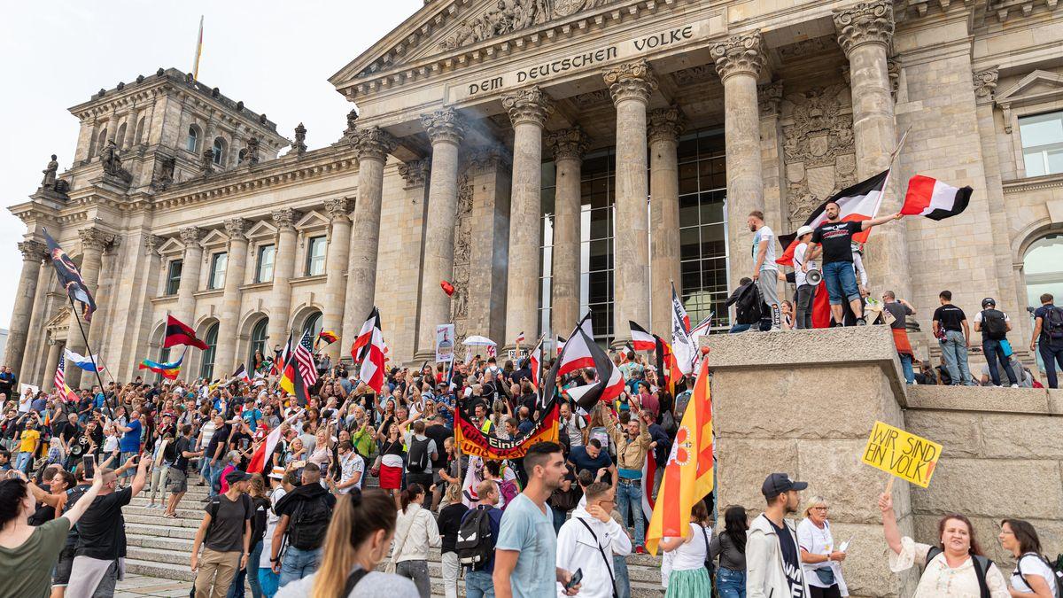 Demonstration gegen Corona-Maßnahmen am Reichstagsgebäude in Berlin (29.8.20)