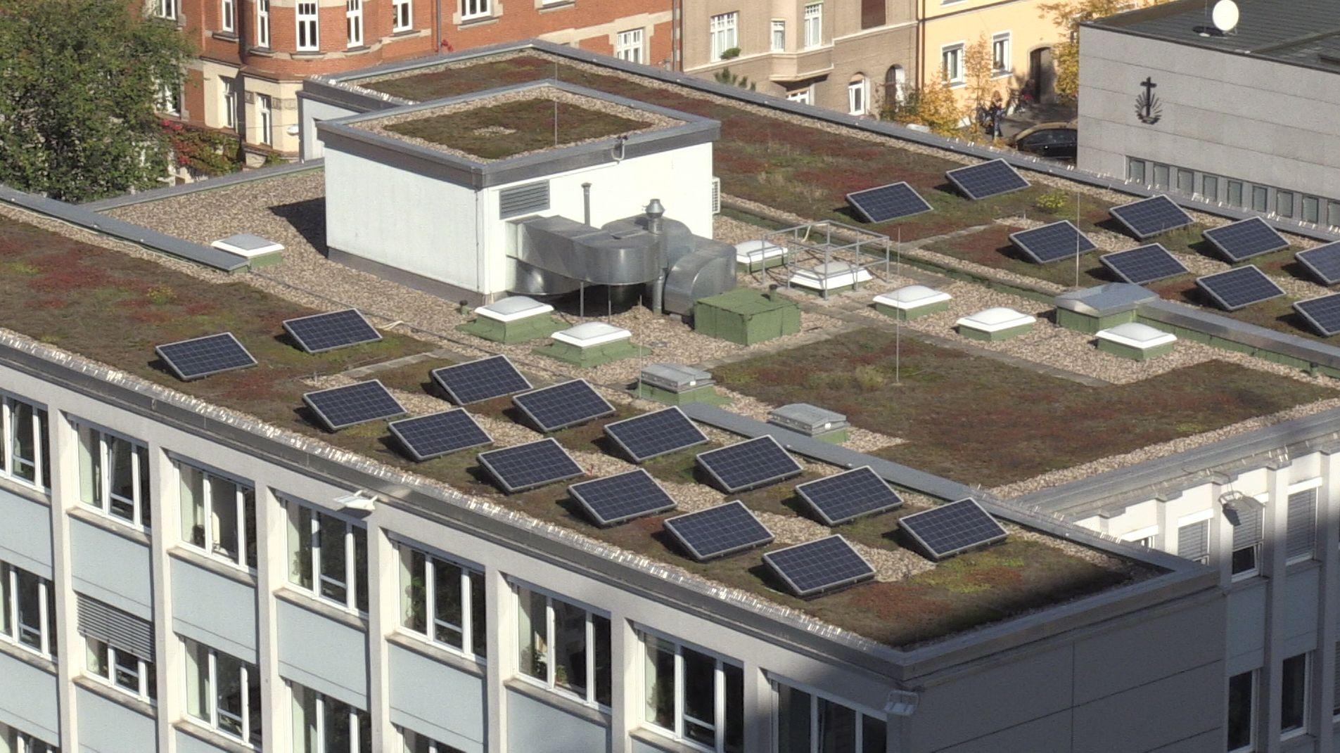 Solarmodule auf einem Gebäude der Stadt Erlangen