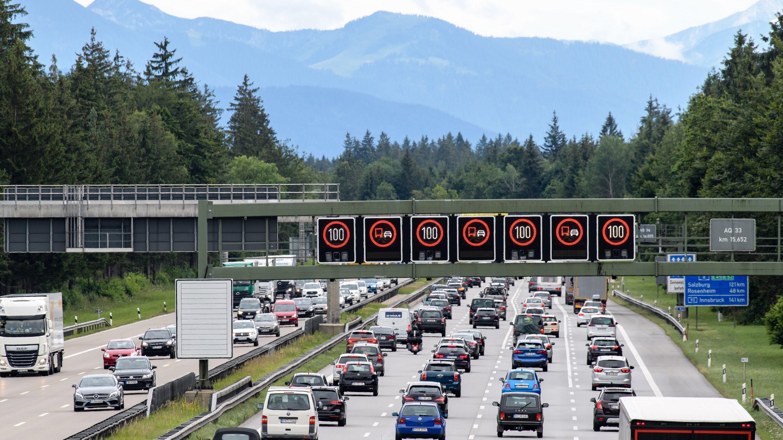 Dichter Verkehr schiebt sich über die A8 bei Hofolding.