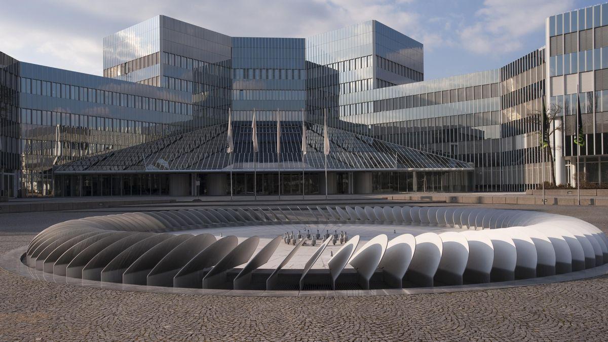 Am Montagmittag meldete auch BMW in München einen infizierten Mitarbeiter. Ob es sich dabei um einen der bereits vom Gesundheitsamt bekanntgegebenen Fälle handelt, war zunächst unklar.
