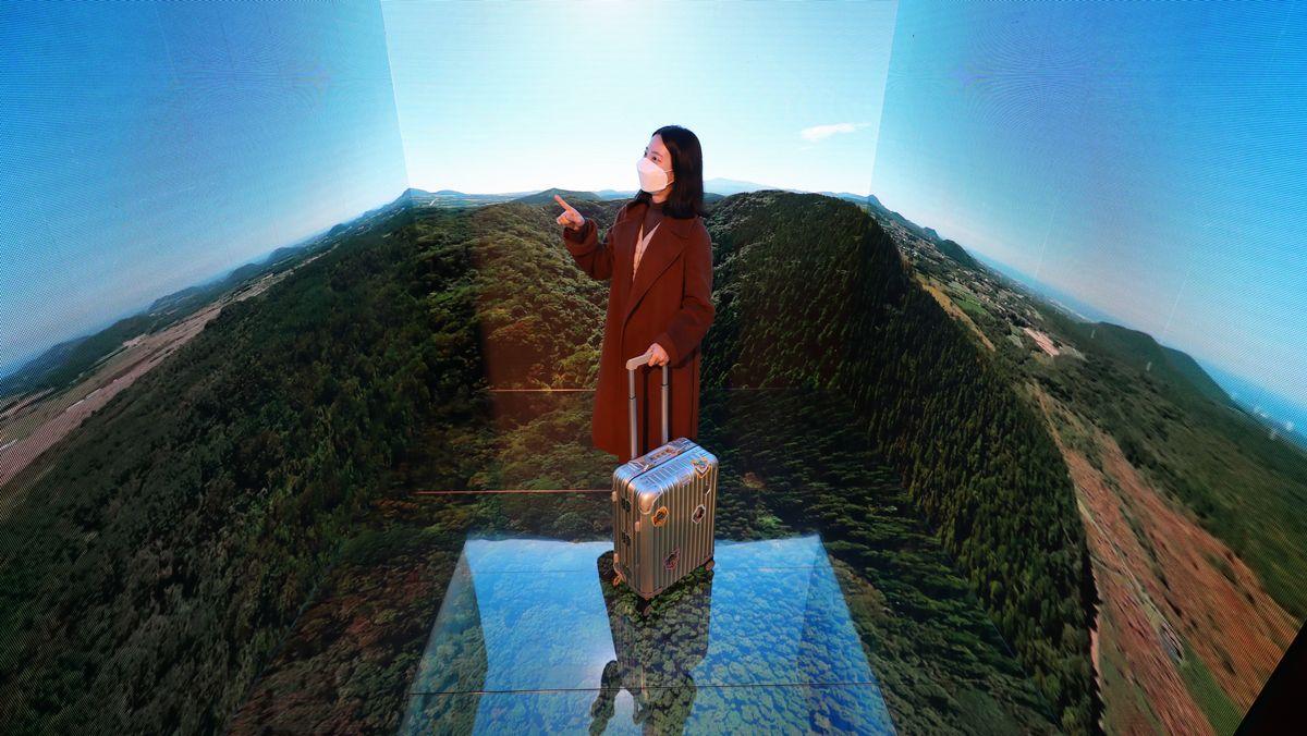 Eine Frau mit Koffer in der Virtual Reality