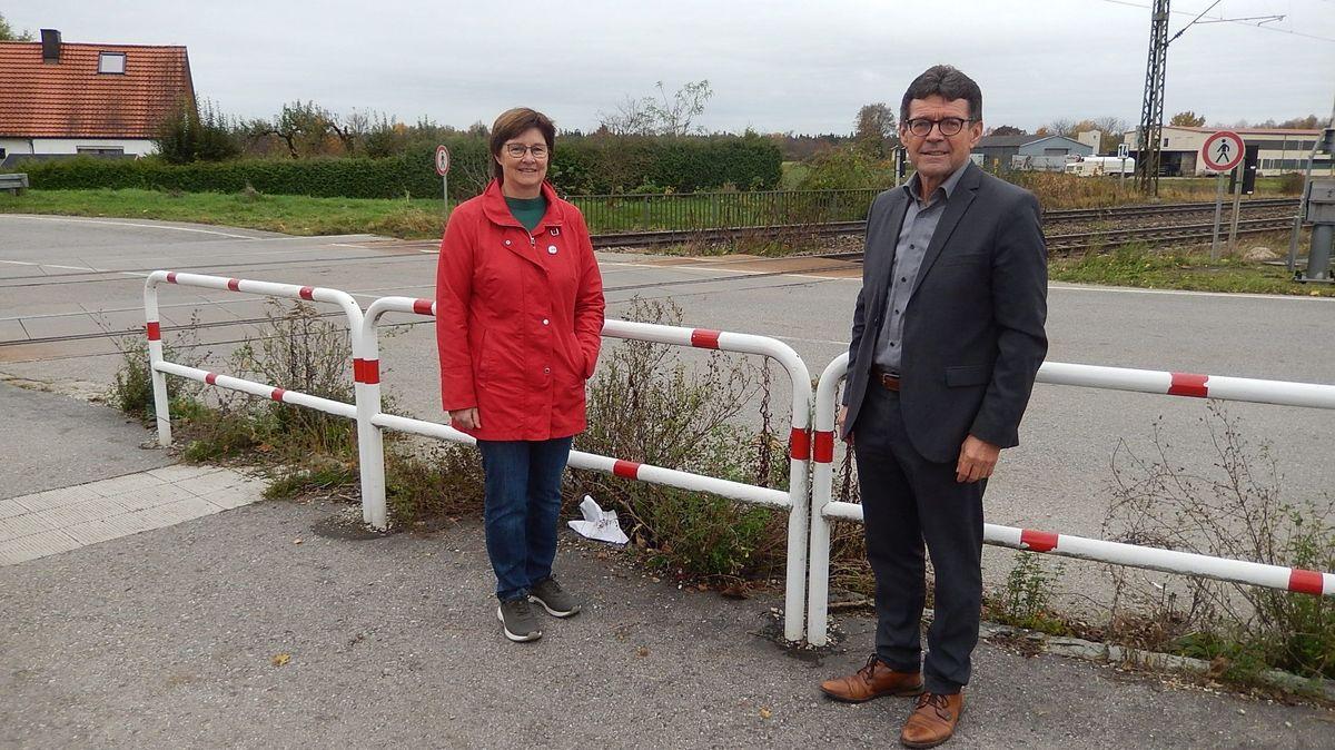 Die Politiker Rosi Steinberger und Rudolf Radlmeier am Bahnübergang in Bruckberg