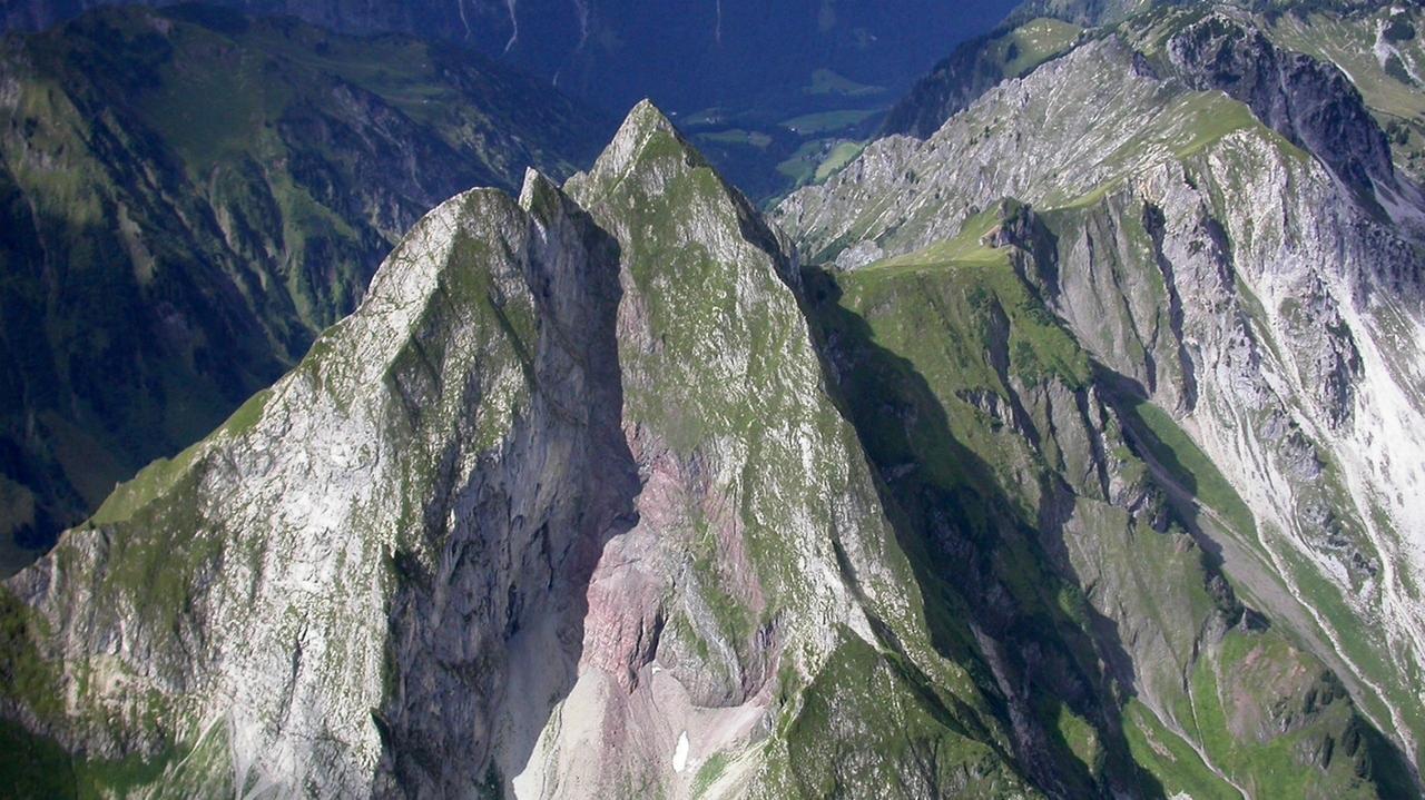 Die Höfats - ein steiler und zackiger Berg, der bis zum Gipfel grün ist