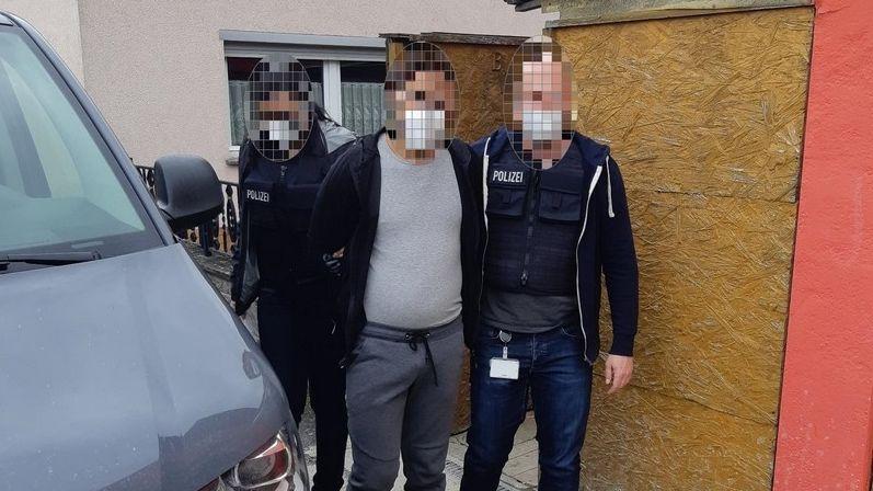 Das Foto zeigt die Festnahme des 27-Jährigen durch die Bundespolizei Passau