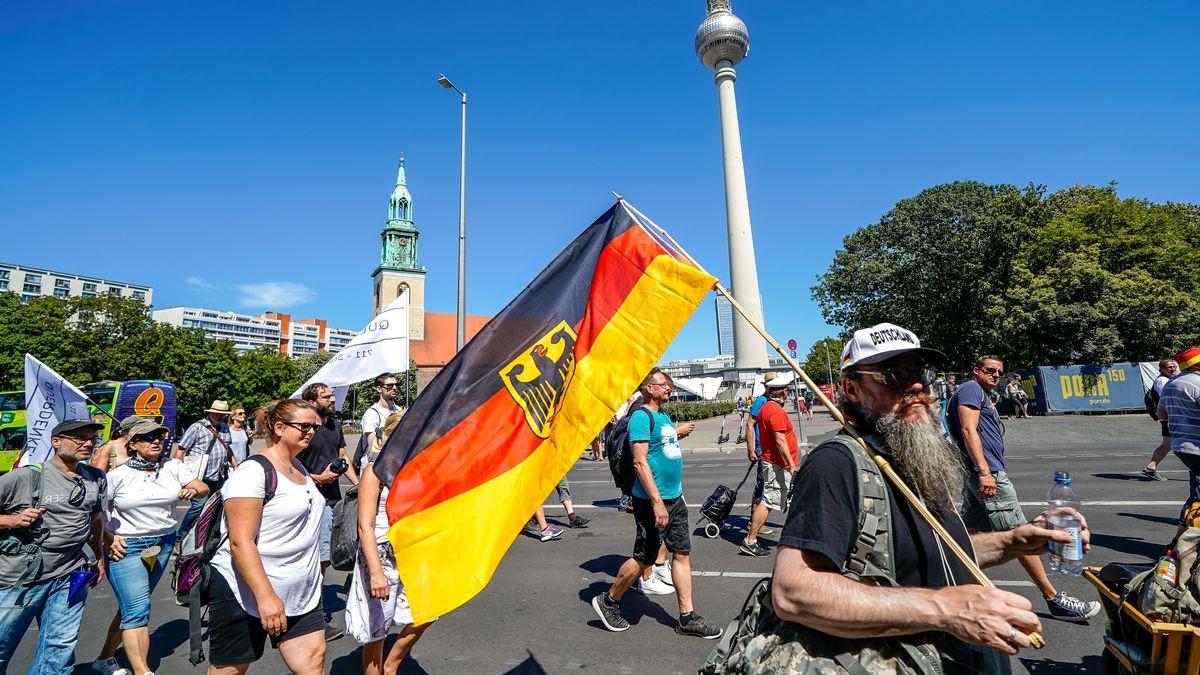 Zuletzt demonstrierten Tausende Menschen in Berlin gegen die Corona-Auflagen, darunter Impfgegner, Verschwörungstheoretiker und auch Reichsbürger.