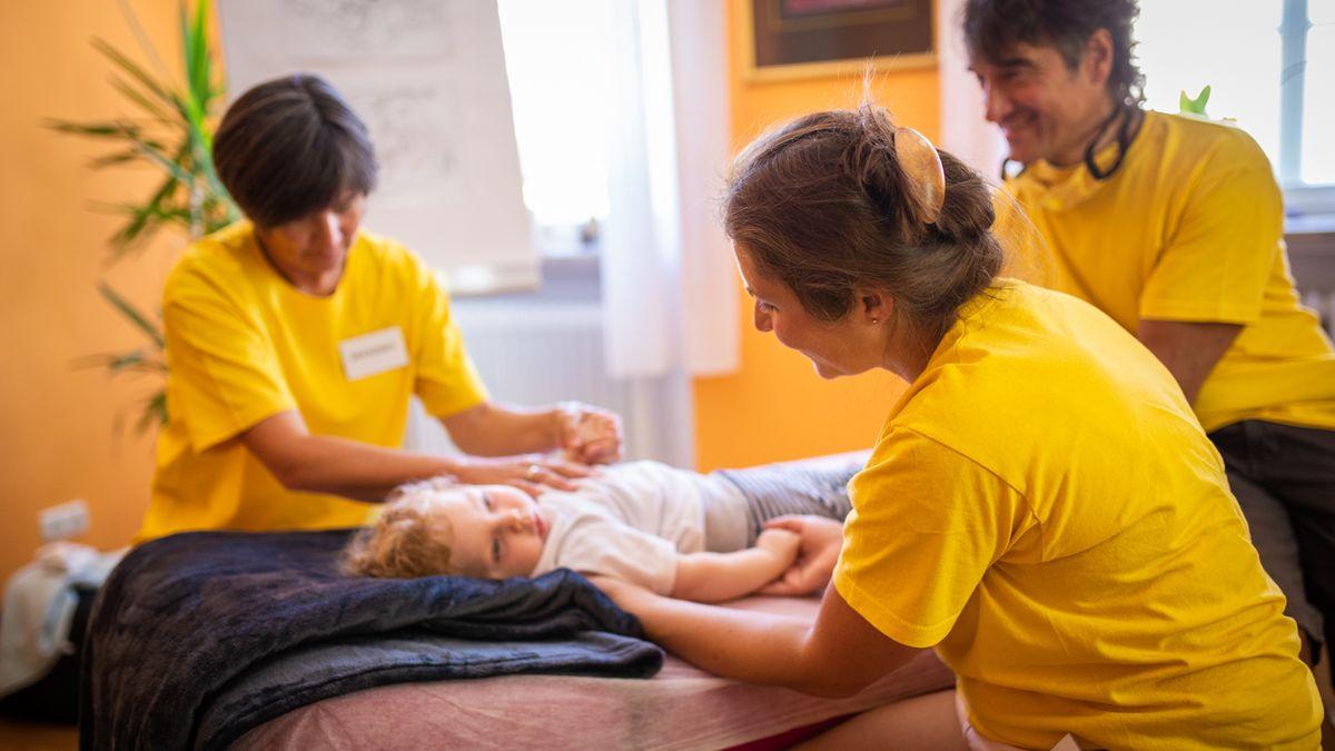 Ein krankes Kind bei einer osteopathischen Behandlung.