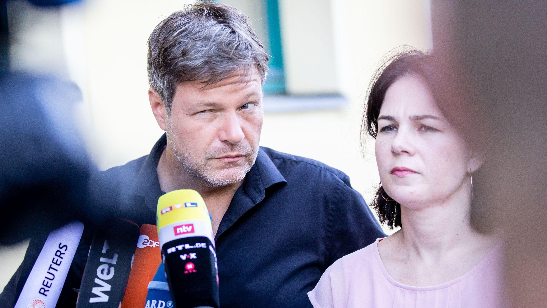 Die Grünen-Chefs Robert Habeck (l.) und Annalena Baerbock beantworten am 17. Juni 2019 in Berlin Fragen der Medienvertreter.