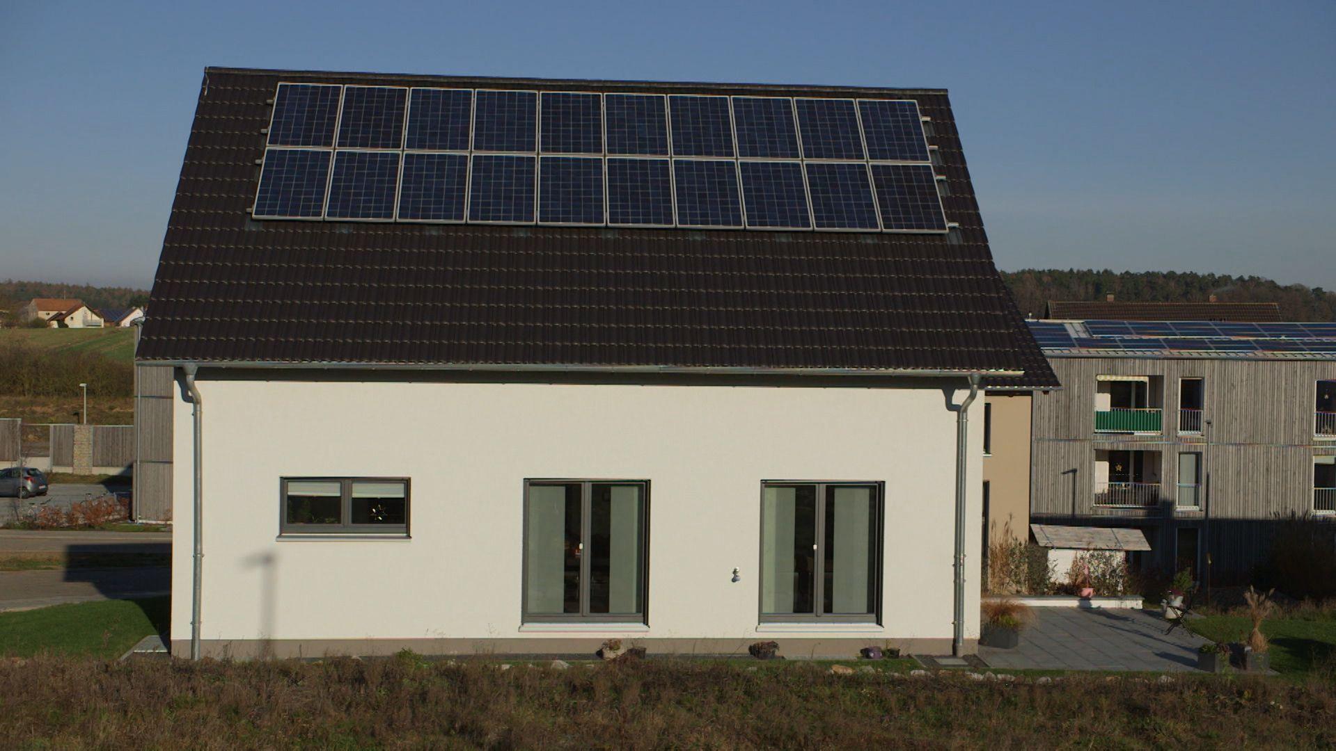 Wie kommt die Energiewende in die Städte? Und Solarzellen auch auf die Dächer von Mietwohnungsblocks? Dafür gibt es ein gesetzliches Modell, den so genannten Mieterstrom. Ein Beispiel aus der Oberpfalz.