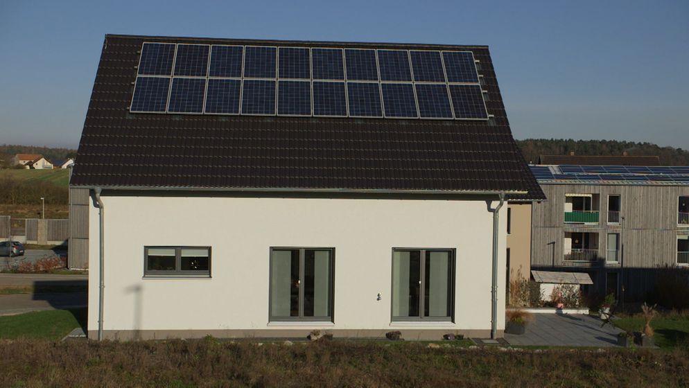 Wie kommt die Energiewende in die Städte? Und Solarzellen auch auf die Dächer von Mietwohnungsblocks? Dafür gibt es ein gesetzliches Modell, den so genannten Mieterstrom. Ein Beispiel aus der Oberpfalz.  | Bild:BR