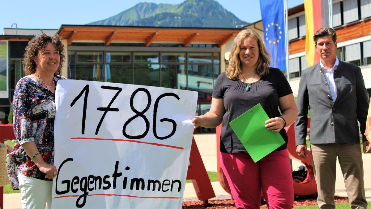 """Aktivisten von der Bürgerinitiative """"Stop Karweidach"""""""