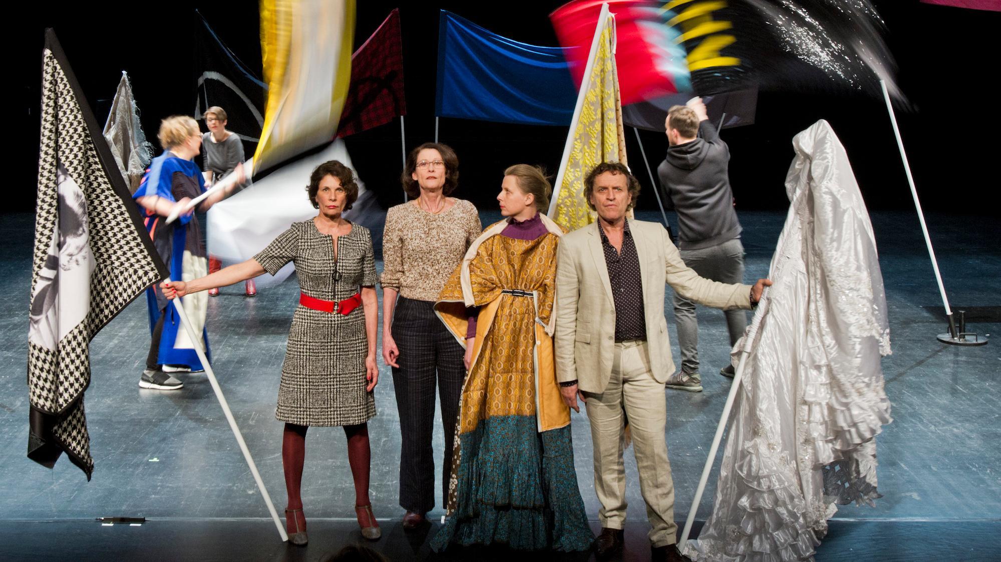 Szenenbild mit Darstellern und Fahnen