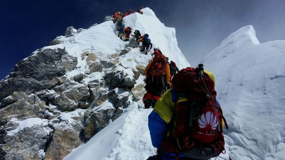 """Bergsteiger am berühmten """"Hillary Step"""" auf dem Weg zum Gipfel des Mount Everest."""