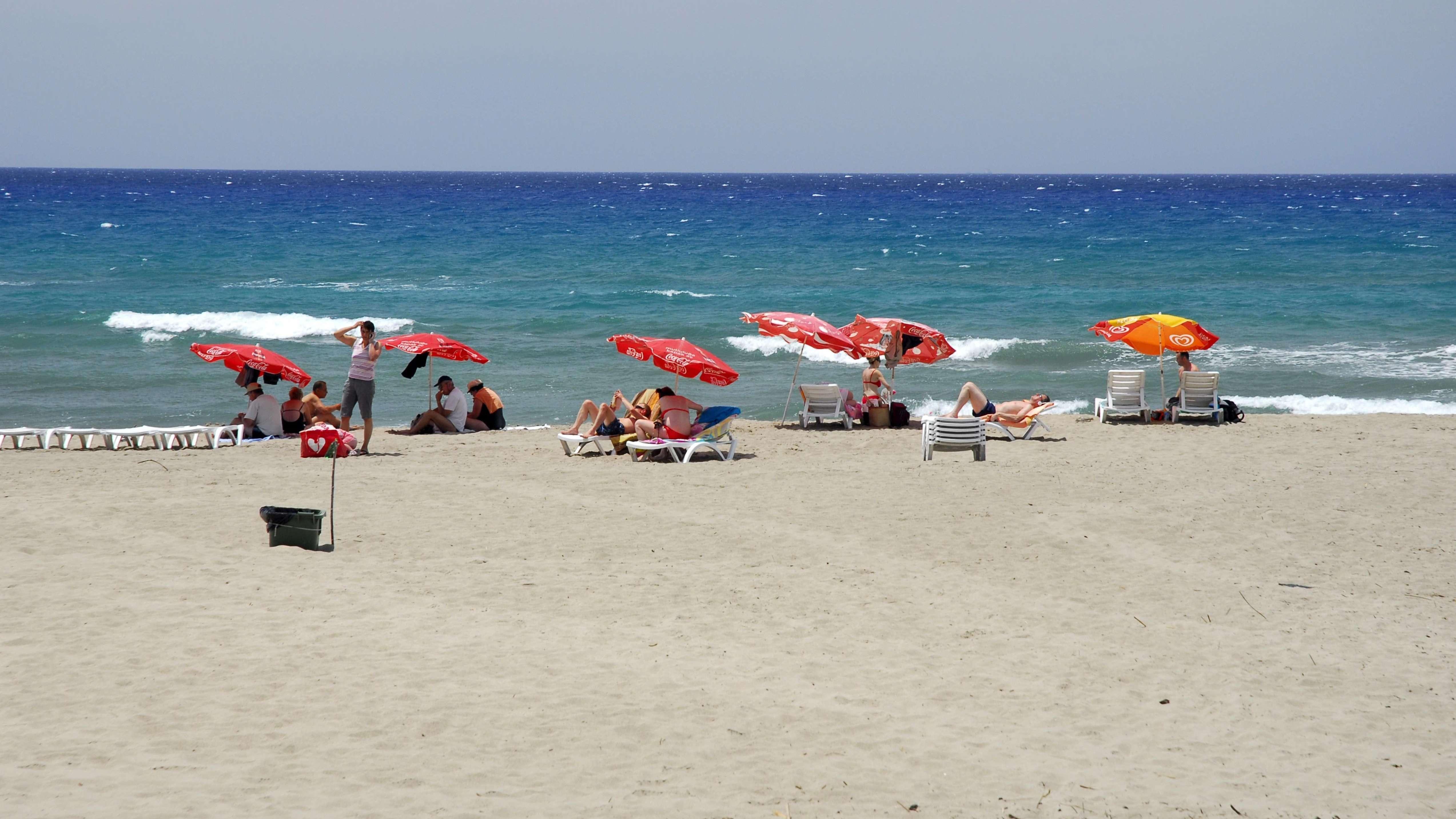 Strand mit Touristen bei Antalya