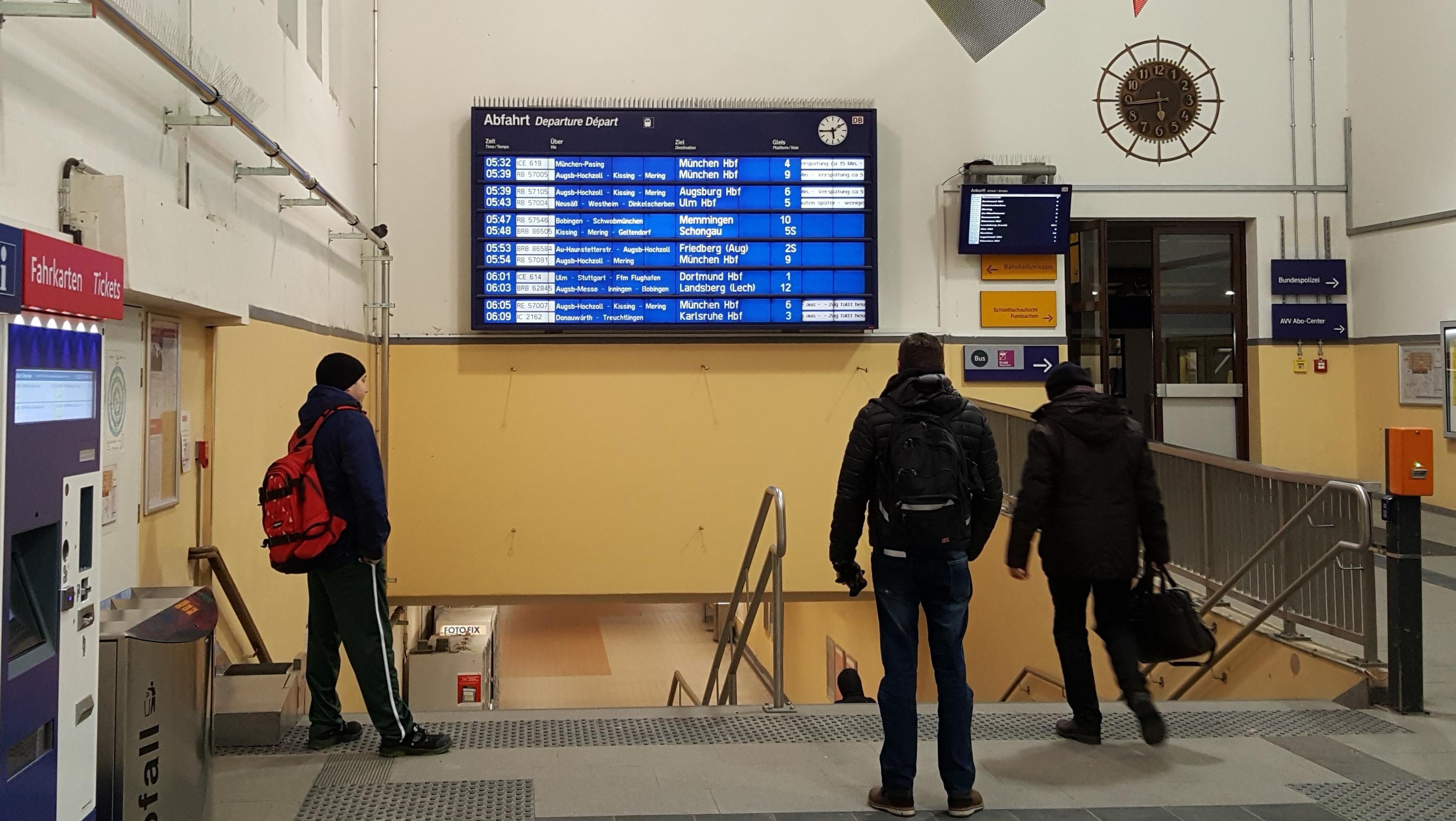 Anzeigetafel im Hauptbahnhof Augsburg