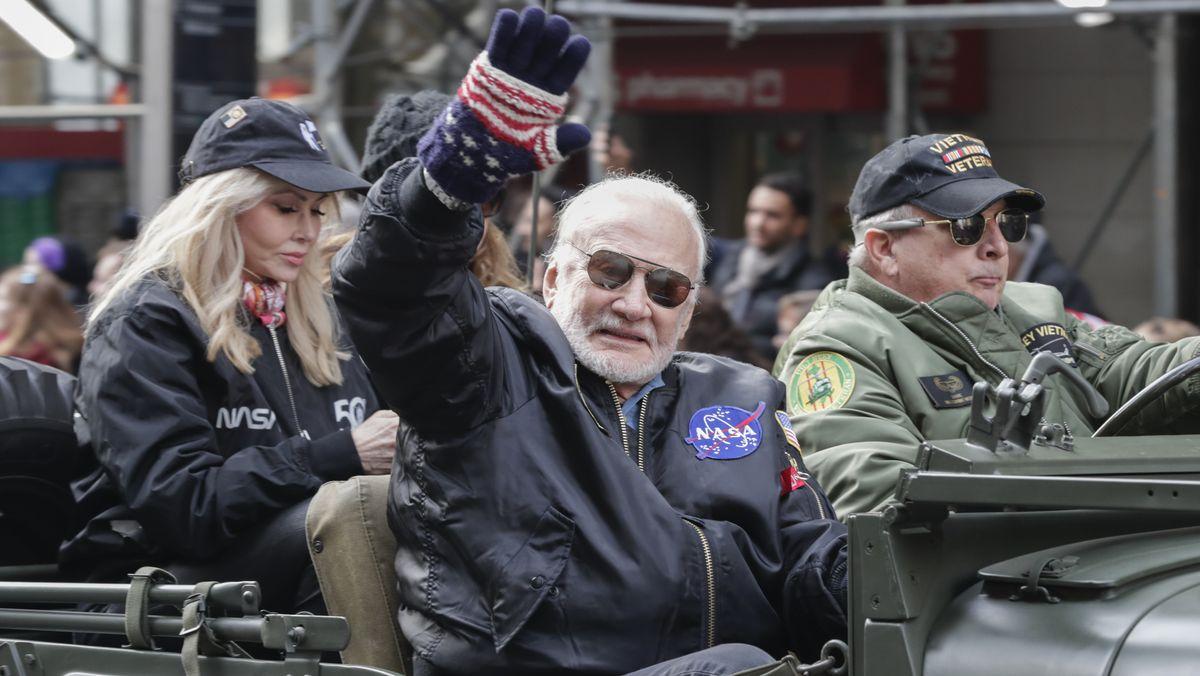 Buzz Aldrin fährt beim Veteranentag in New York mit einem Jeep die Fifth Avenue entlang und winkt