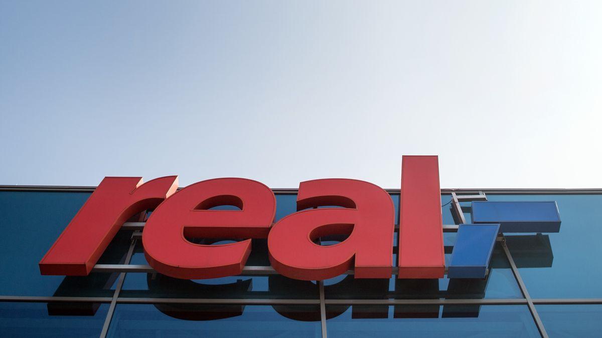 Real-Logo an einem Supermarkt