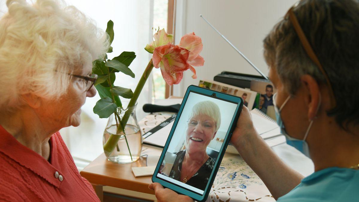 Pflegerin hilft Seniorin (Symbolbild).