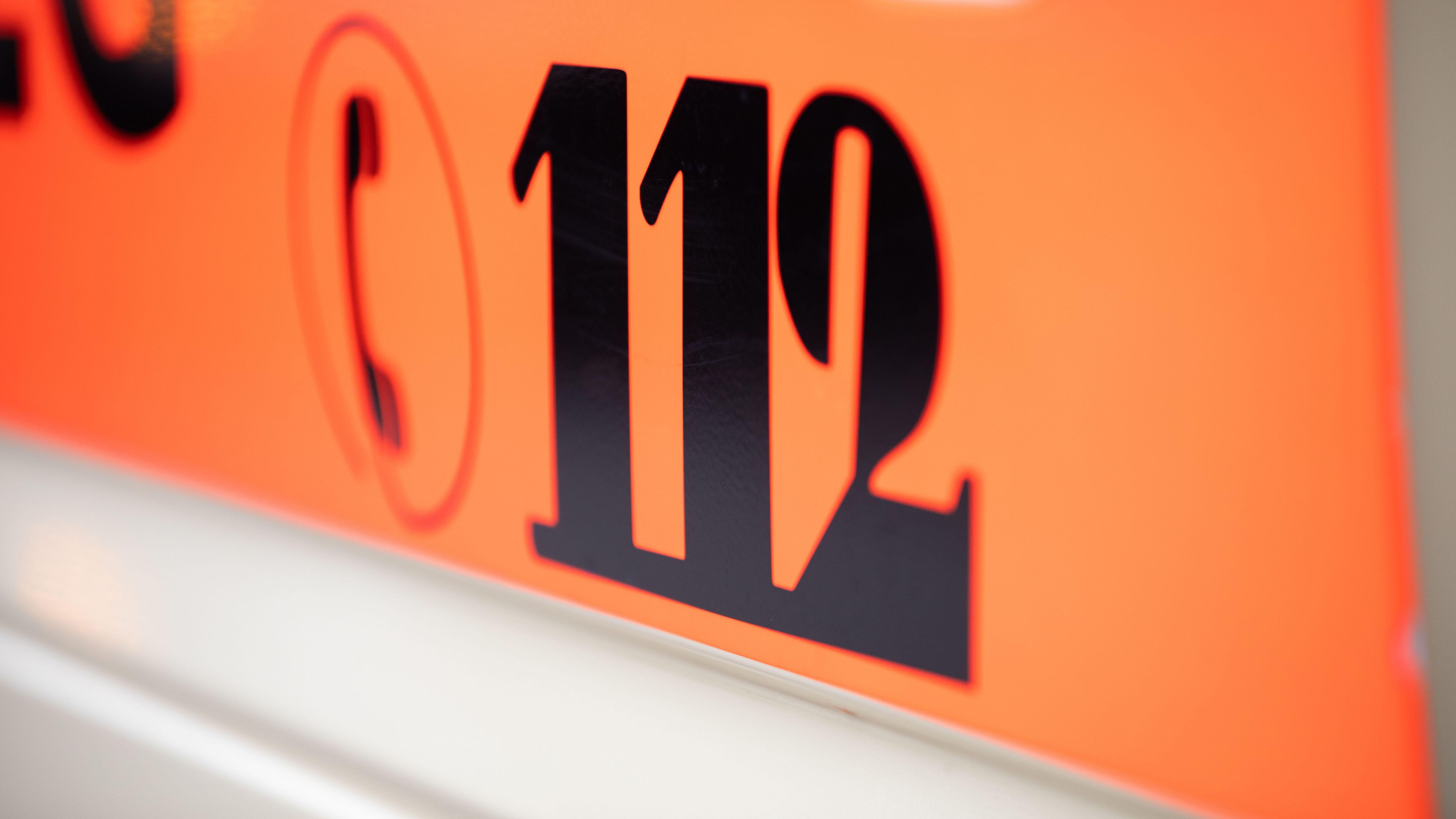 Die Notrufnummer 112 auf einem Rettungswagen.